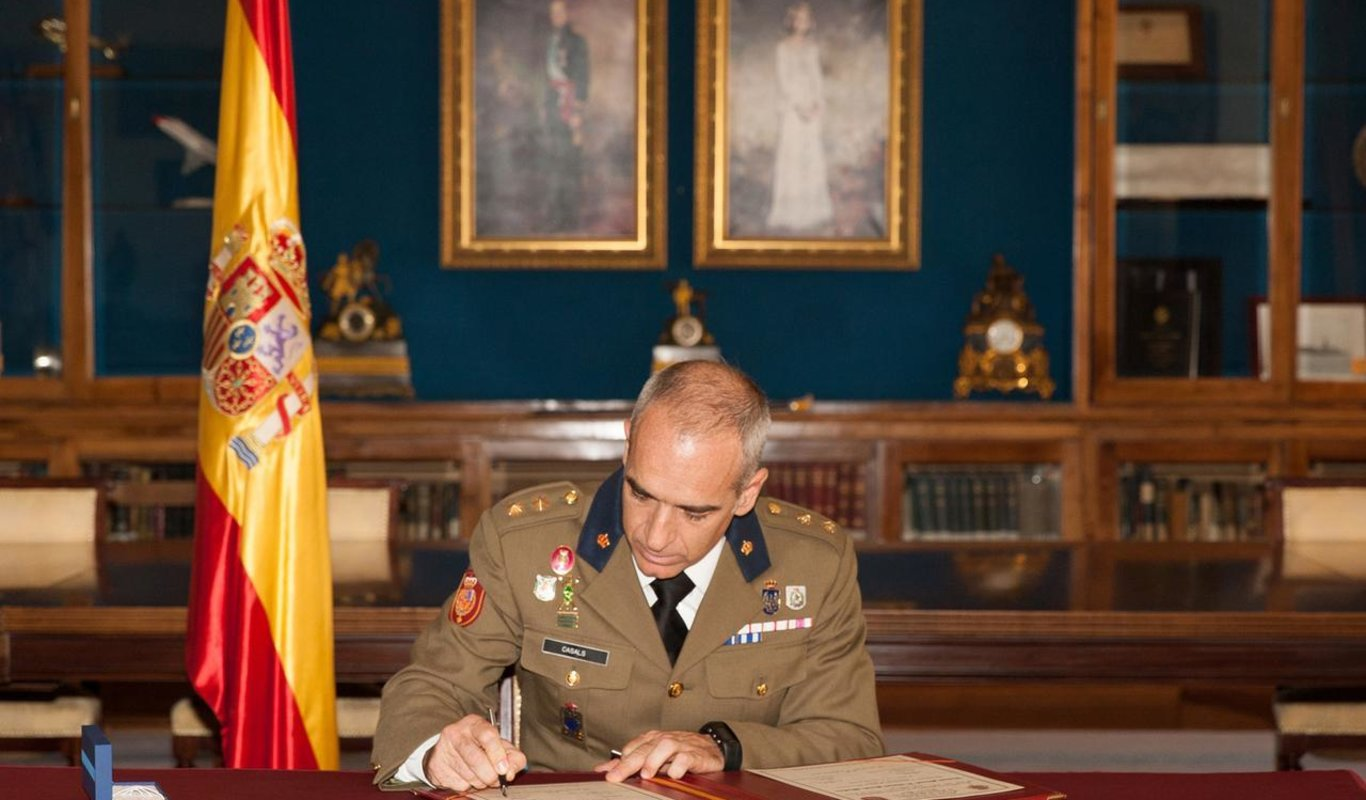 Antonio Casals Abraham firma la entrega del mando del Estado Mayor de la Guardia Real.