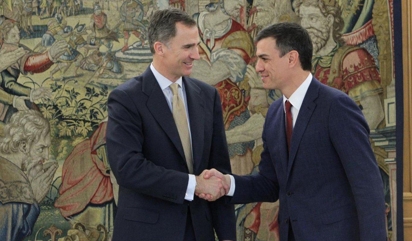 Felipe VI saluda a Pedro Sánchez en una ronda de consultas.