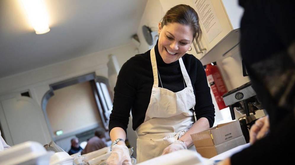 Victoria de Suecia hace cajas de alimentos para personas sin hogar y vulnerables durante la crisis del coronavirus