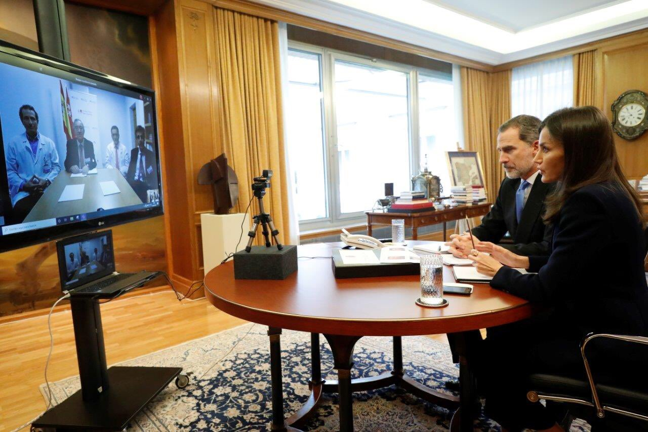 La reina Letizia con el móvil en las reuniones
